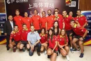 Los jugadores del Atlético posan junto a los mejores deportistas de tenis mesa de España