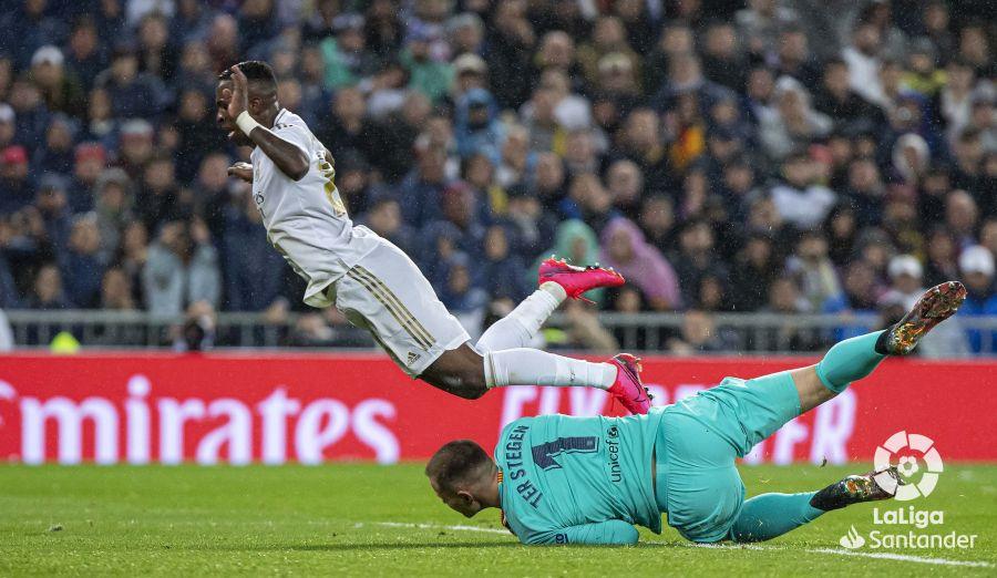 صور مباراة : ريال مدريد - برشلونة 2-0 ( 01-03-2020 )  D13f5a8375278ebe66b0c7c887b3cb24