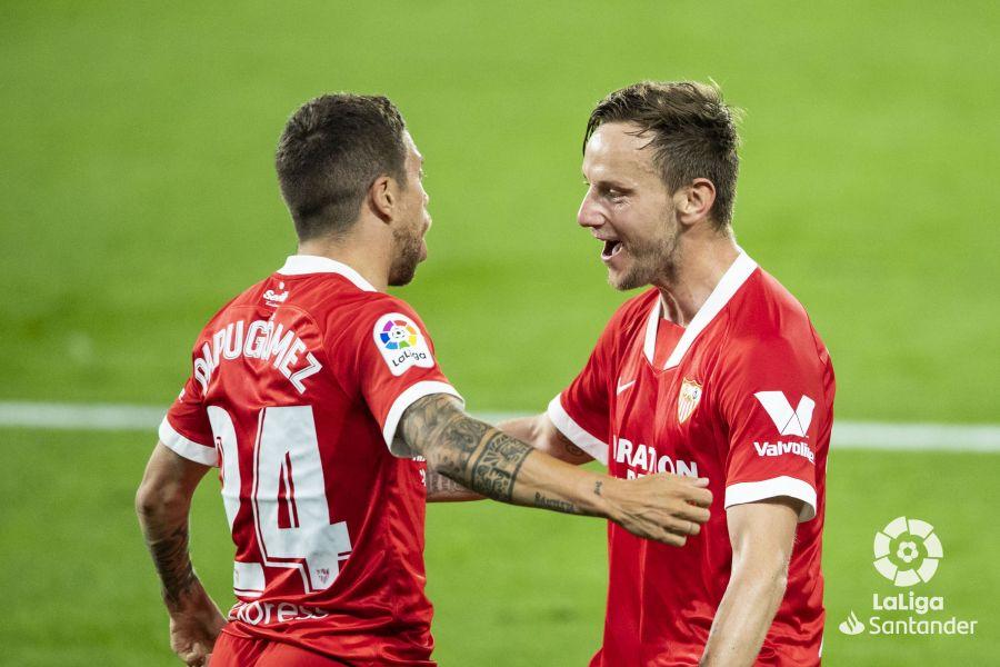 Rakitic y Papu Gómez celebrando un gol (Foto: LaLiga).